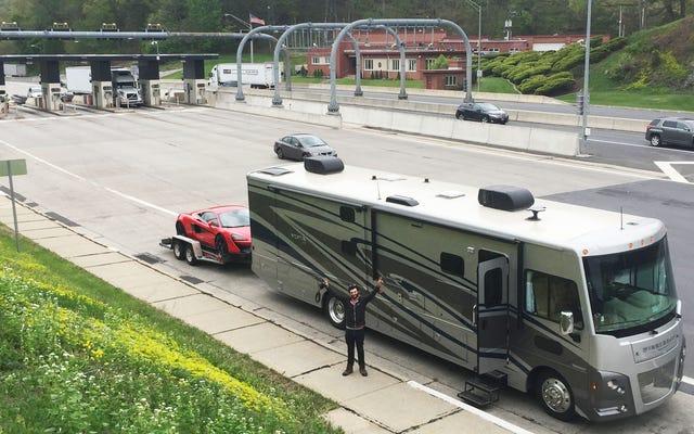 この大きなお尻のRVがダートトラックの周りに$ 240,000のスーパーカーを投げるのにどのように役立ったか