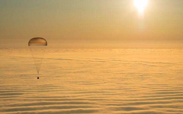 3人の宇宙飛行士が宇宙ステーションから地球に着陸するのを見る