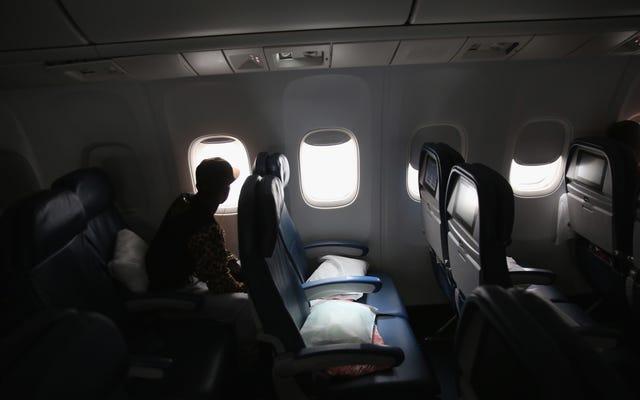 男は飛行中の女性を模索し、トランプはそれを大丈夫にしたと言います