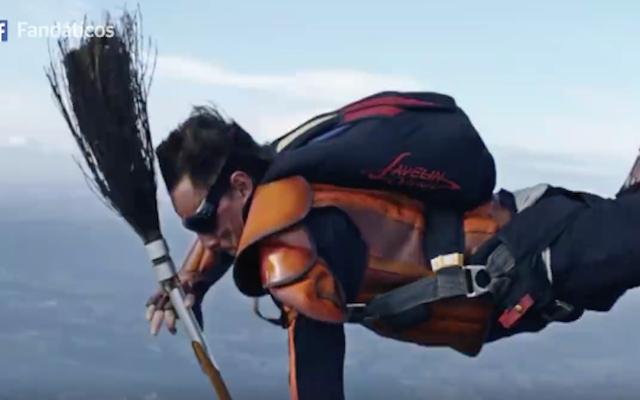 स्काईडाइवर्स के एक समूह ने सोचा कि हवा में क्विडिच कैसे खेलें, लेकिन क्यों?