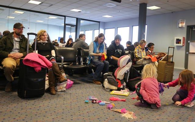 ทำอย่างไรให้เด็ก ๆ มีความบันเทิงระหว่างสนามบินล่าช้าโดยไม่ใช้อุปกรณ์อิเล็กทรอนิกส์