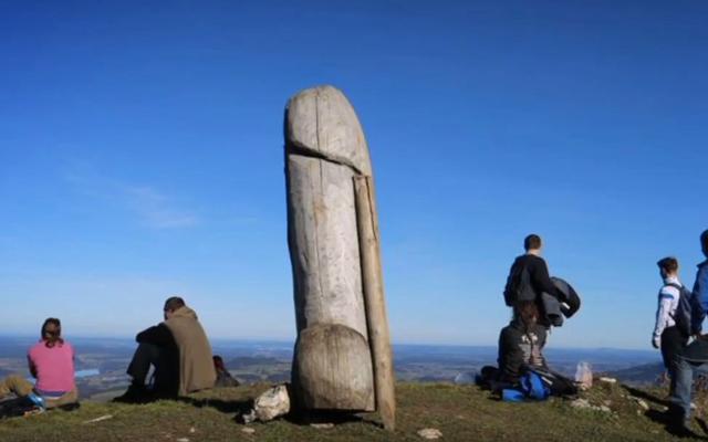 Некоторые члены вырубили большую деревянную статую пениса в Германии