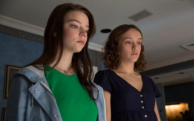 दो किशोर लड़कियों ने तनाव में एक काली दोस्ती की, काले रंग की कॉमिक थोरब्रेड्स से दोस्ती की