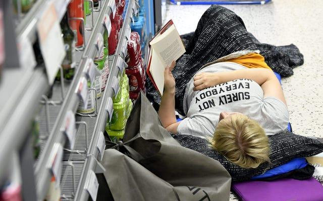 ग्राहक हीट वेव से बचने के लिए हेलसिंकी सुपरमार्केट में सो गए