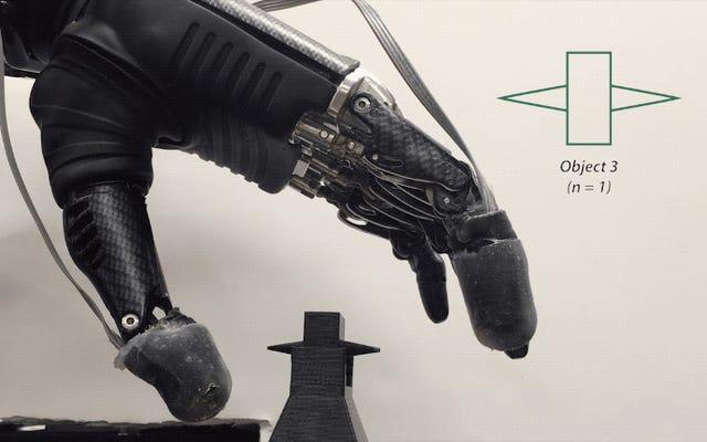 """La """"pelle elettronica"""" consente all'utilizzatore della mano protesica di provare dolore"""