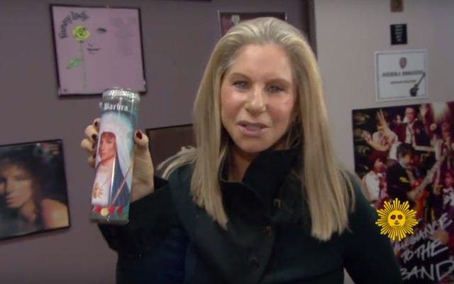 Барбра Стрейзанд посещает старую гримерку и обнаруживает святыню Барбры Стрейзанд.
