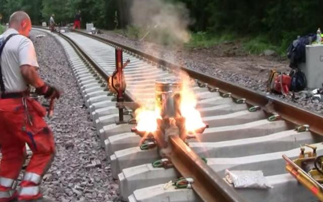 鉄道線路が溶接される魅力的な方法をご覧ください