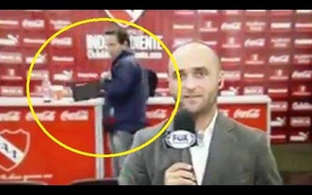 記者会見後にタブレットを盗むカメラに捕まったばかげたお尻のファン