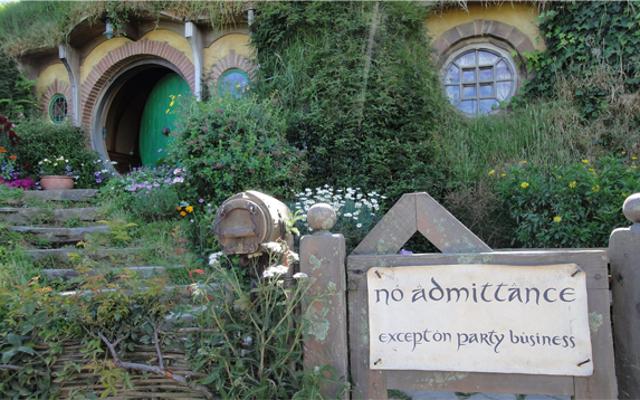 เดินเล่นผ่าน Hobbiton ในแกลเลอรีที่สวยงามแห่งนี้