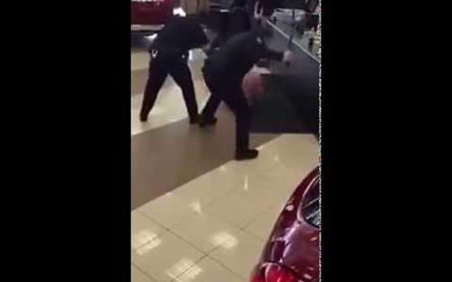 La policía lucha por detener y golpear a un hombre desnudo en un concesionario de automóviles