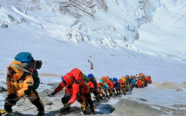エベレスト登山について嘘をついた登山者たちは、サミットからベースキャンプまで2時間で到着したと言います