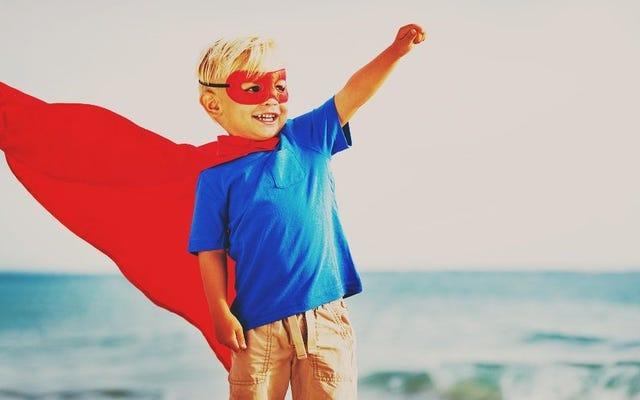 忍耐力を高めるために宿題をしながら子供たちにスーパーヒーローの格好をさせましょう