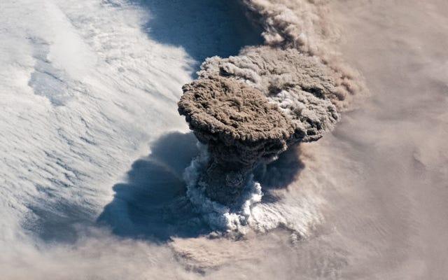 Seperti inilah rupa letusan spektakuler gunung berapi Raikoke dari Stasiun Luar Angkasa Internasional