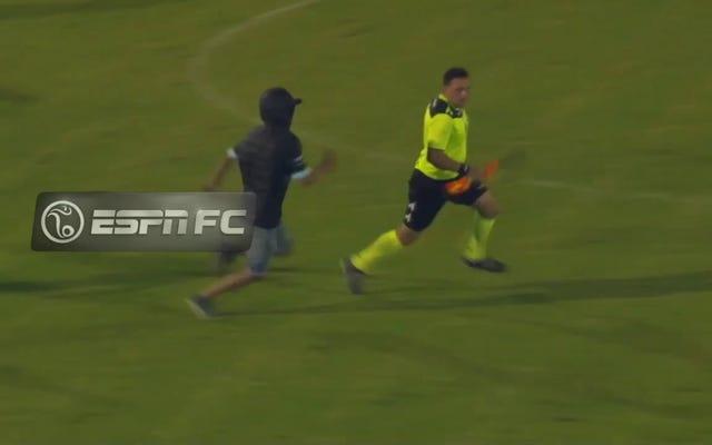 アルゼンチンのサッカークラブは1年停止し、3人の審判を激しく倒した後に降格