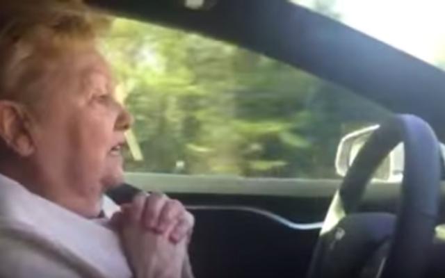 テスラモデルSのオートパイロットがこのかわいい70歳の女性からベジェサスを怖がらせるのを見てください