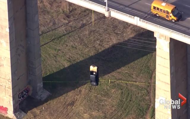 トロント警察は、なぜこの車が橋からぶら下がっているのか理解できません