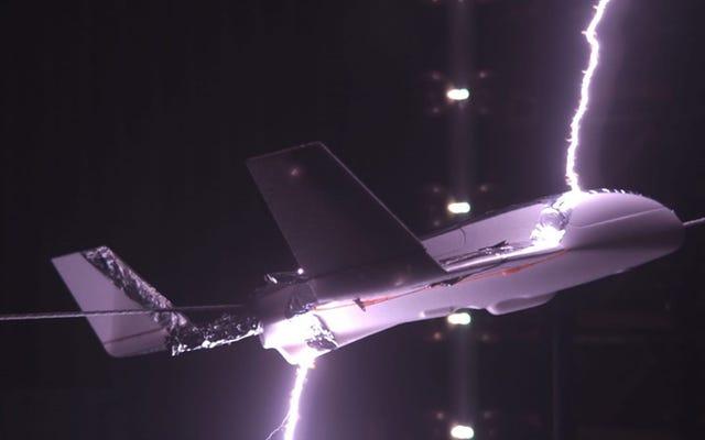 Ученые Массачусетского технологического института узнали, как сделать самолет невидимым для молний: электрифицировали его фюзеляж
