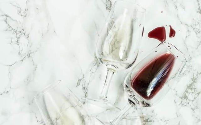 Les taches de sauce aux canneberges et de vin rouge n'ont aucune chance contre ce nettoyant miracle