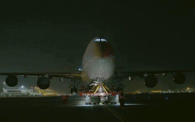 Beginilah cara Boeing 747 70 meter dan 400 ton digerakkan melalui jalan darat