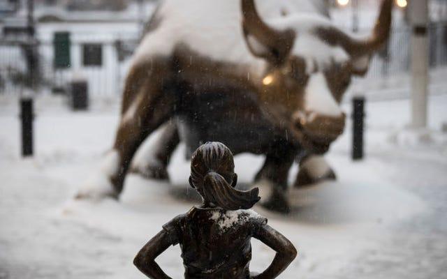 Une entreprise derrière une statue de fille intrépide règle des millions de différends pour discrimination salariale