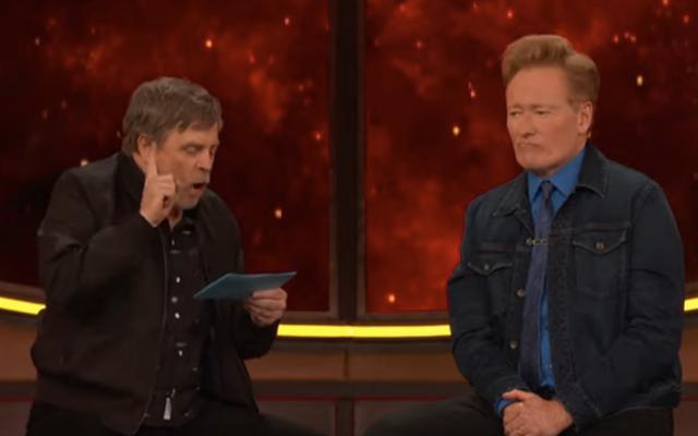 Conan, Mark Hamill'in inek tanrı testini alarak bir Comic-Con darbesi girişiminde bulunuyor