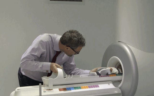 新生児用のこのミニMRIスキャナーはとてつもなくかわいいです