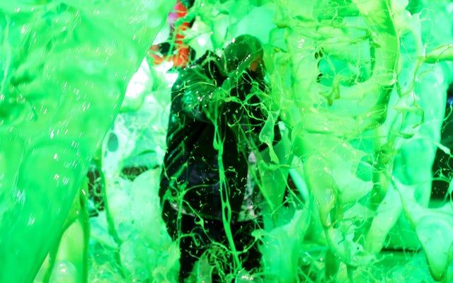 キッズチョイスアワードは、スライムで溺れる貧しいカイナンの近くで気を悪くすることを選択します
