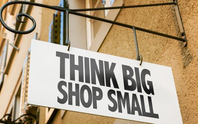独立した小売店で買い物をして中小企業の土曜日を祝う