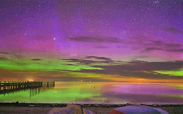 Vedere la riflessione sull'acqua dell'aurora boreale è così bello
