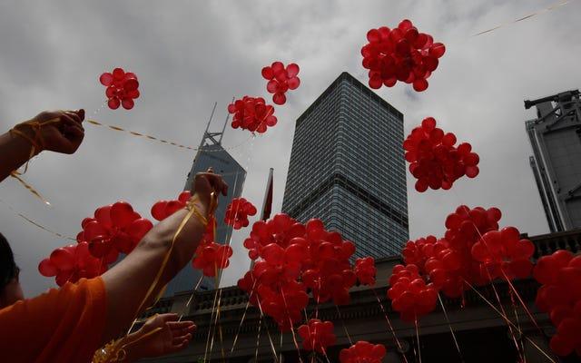 अनुस्मारक: नए साल में रिंग करने के लिए हजारों गुब्बारे रिलीज़ करना एक भयानक विचार है