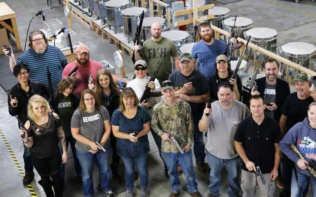 Sebuah perusahaan di Amerika Serikat memberikan senjata kepada setiap karyawannya untuk merayakan Natal
