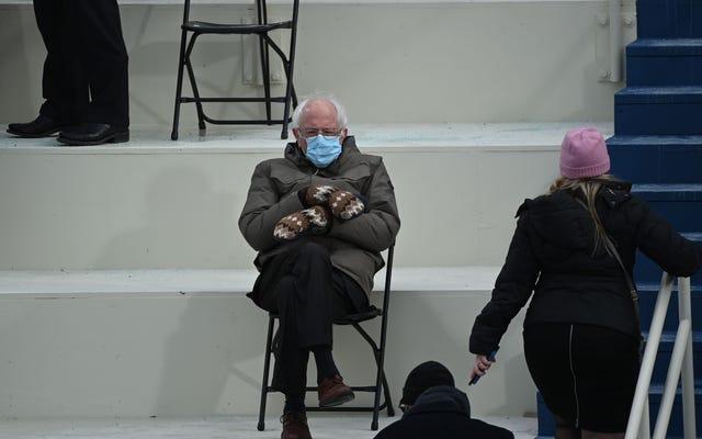 Đúng vậy, hình ảnh của một chiếc áo khoác găng tay, xa cách xã hội, làm việc vặt Bernie Sanders là hình ảnh tuyệt vời nhất từng có