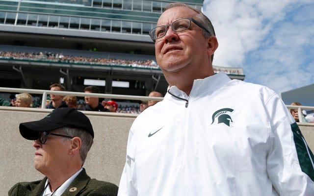 El director atlético del estado de Michigan, Mark Hollis, sigue al presidente de la escuela por la puerta