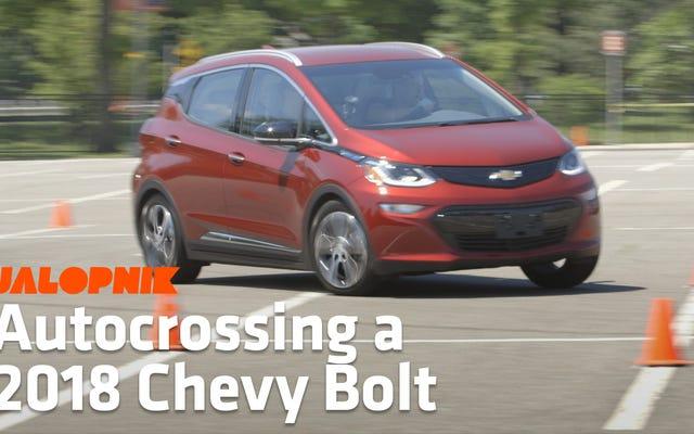 Voici comment la Chevrolet Bolt EV roule lorsqu'elle est poussée à ses limites dans un parking