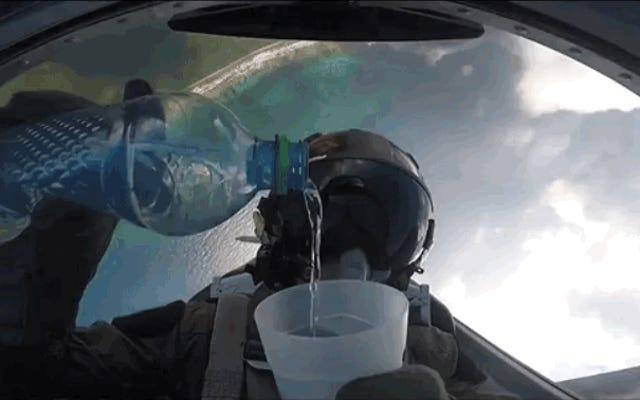 パイロットが飲み物を一滴もこぼさずにグラスを手に360度回転する方法