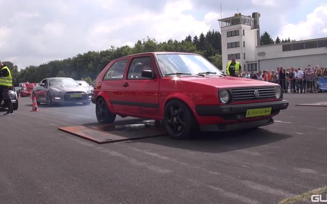 Regardez cette VW Golf de 600 chevaux ruine l'humeur de tous sur la bande de dragsters