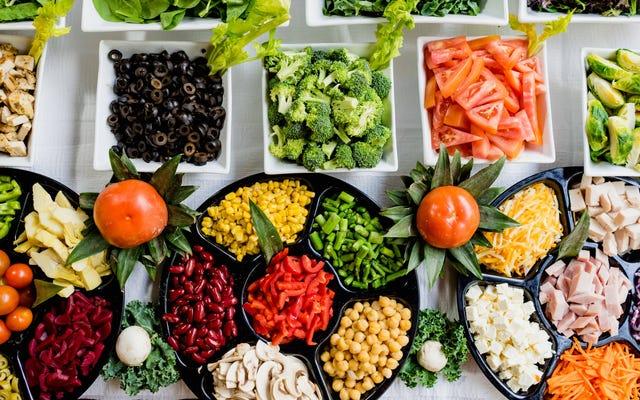 室温で放置された食品が安全に食べられるかどうかはどうすればわかりますか?