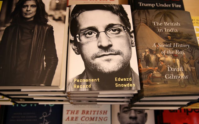 裁判官の規則エドワード・スノーデンは、NSAとCIAによってクリアされなかったため、彼の本から利益を得ることができません