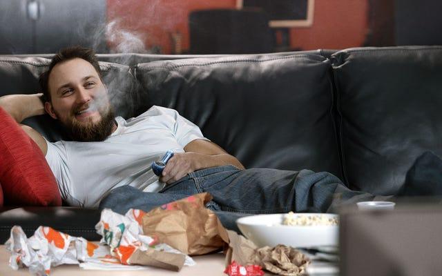 人生の最高の感謝祭を持っている家族から離れて何千マイルも離れて高くなり、タコベルを食べる男