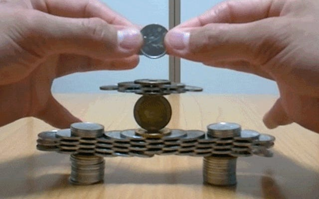Ces sculptures folles de piles de pièces semblent impossibles