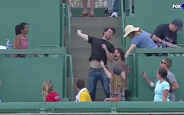 レッドソックスのファンがホームランボールを投げ返し、ジャンカルロスタントンを打つ