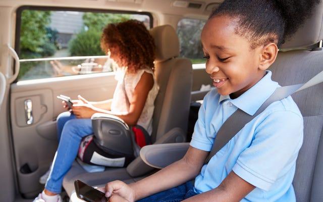 Cuando los niños pueden dejar de usar un asiento elevador o sentarse en el asiento delantero del automóvil
