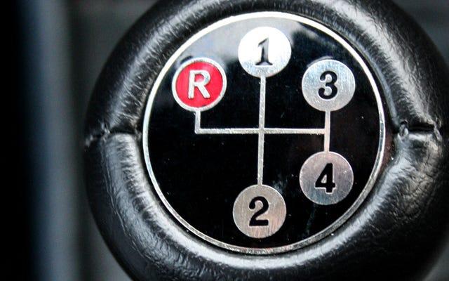 प्रत्येक प्रकार के संचरण के साथ सबसे खराब ड्राइविंग आदतें, समझाया गया