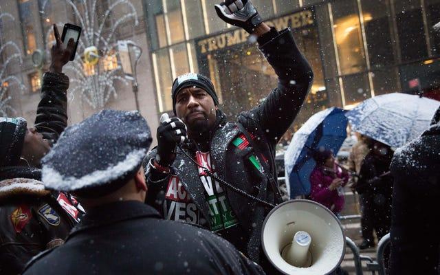 ブラック・ライヴズ・マターのリーダーは、平和的な抗議行動中に彼を激しく非難したとしてニューヨーク市警を訴える計画