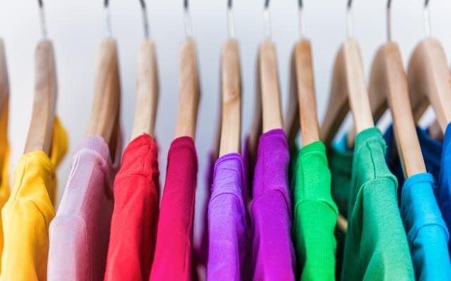 非常に小さなクローゼットスペースでたくさんの衣類を整理する方法