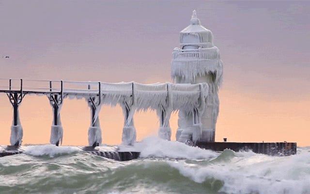 うわー、完全に氷で覆われたこの灯台を見てください