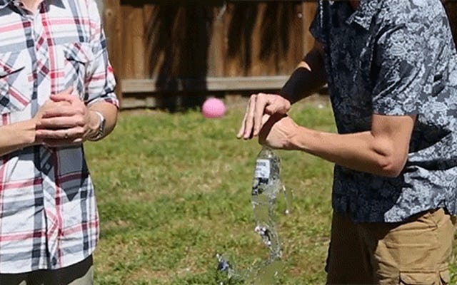 Por qué las botellas de vidrio se rompen en la parte inferior cuando golpeas la parte superior con las manos desnudas