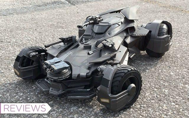 Questa replica RC lunga due piedi è il più vicino possibile alla guida della Batmobile