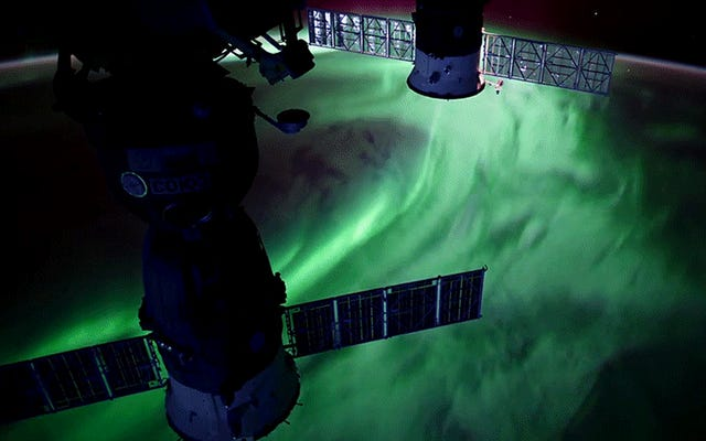 これらのオーロラは、UltraHDで宇宙ステーションから撮影された素晴らしいものに見えます
