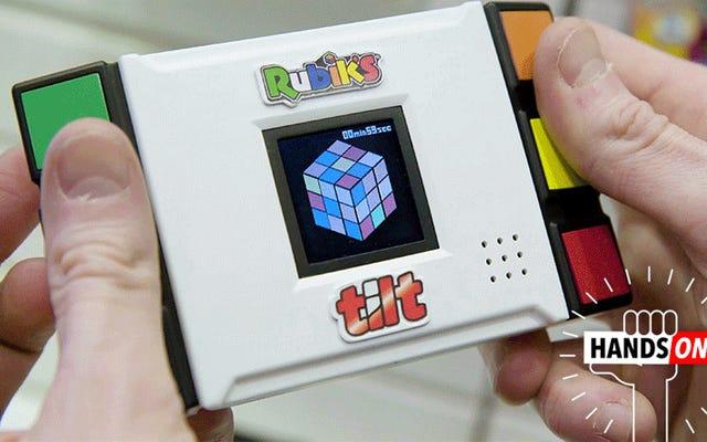 J'ai en fait une chance de résoudre cet ordinateur de poche Rubik's Cube à détection de mouvement qui vous donne des indices
